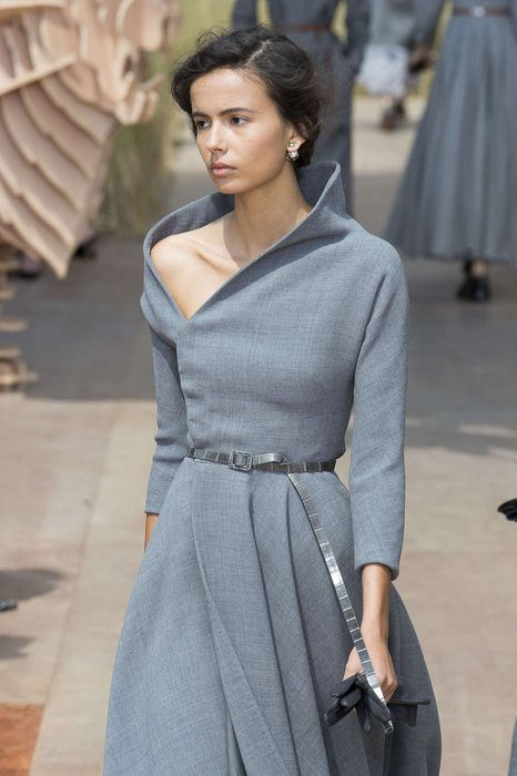 0e11829f14eae18 Именно поэтому дизайнеры модной одежды никогда не оставляют его в стороне.  Какие же платья они предлагают носить в осенне-зимний период 2017-2018 года?