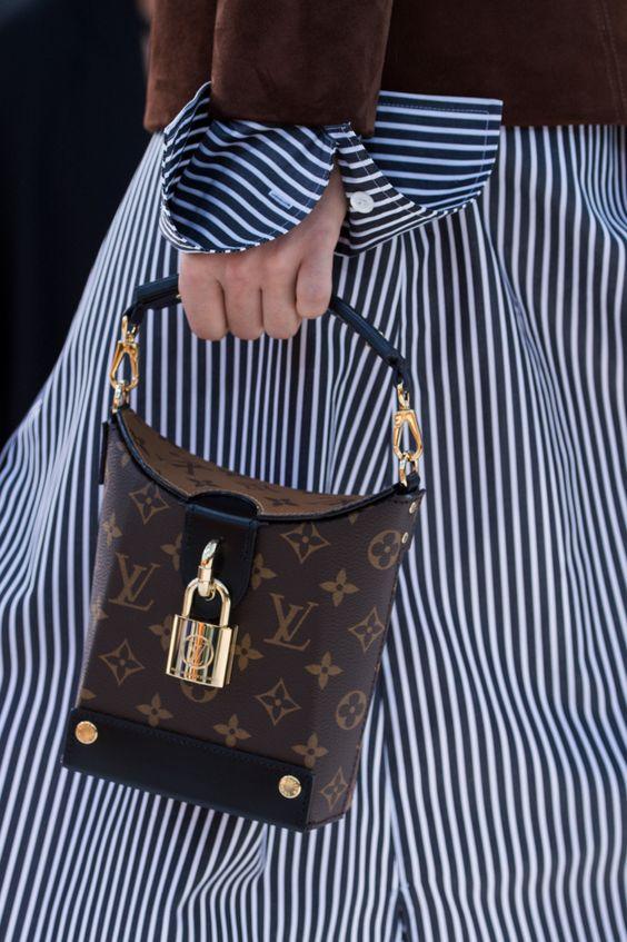 9d20dd69ea81 Однако очень важно при этом выбирать оригинальные сумки известных модных  брендов. Смотрится такой тренд довольно интересно. К тому же, сочетать  данный ...