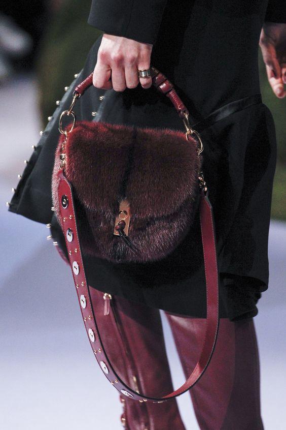 26be0d0caf2c Актуальным трендом холодного сезона являются меховые сумки. Конечно же,  смотрятся они довольно интересно, необычно. Такой аксессуар отлично  подходит для ...