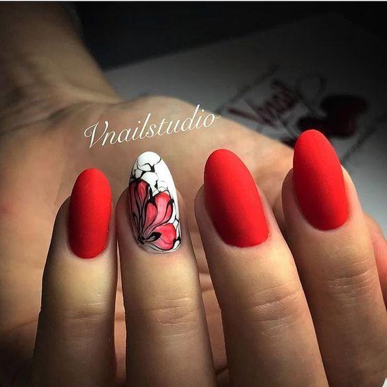 фото маникюра в красных тонах с рисунком цветы