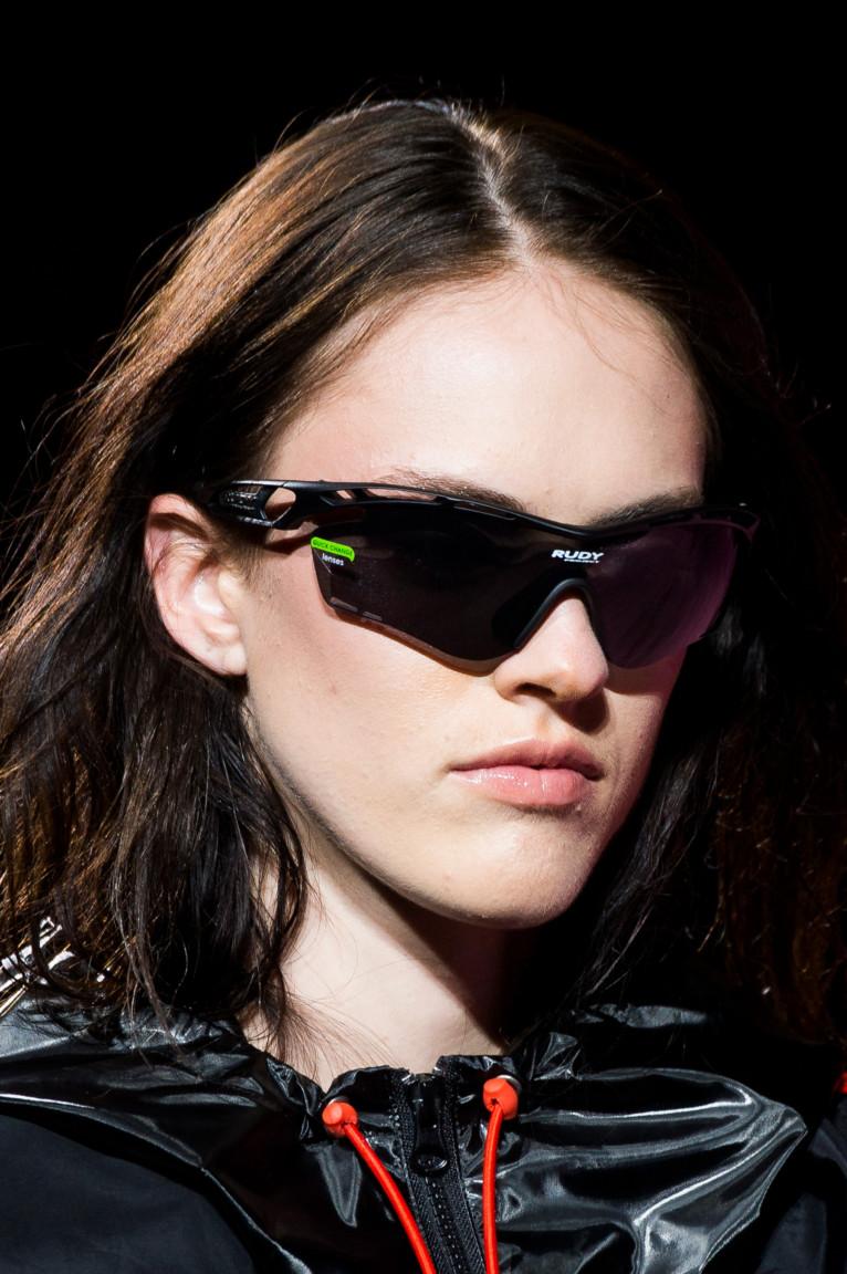 Многие магазины брендовых изделий предлагают широкий выбор стильных женских  очков на 2018 год. С учетом разнообразия цветовой гаммы, ... 08df06a227c