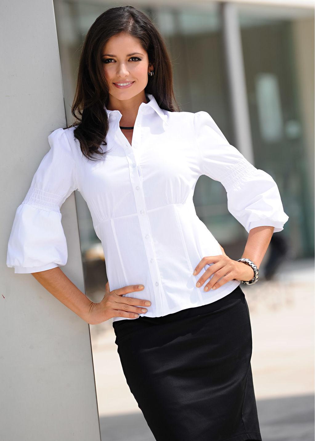 белой систки блузке в