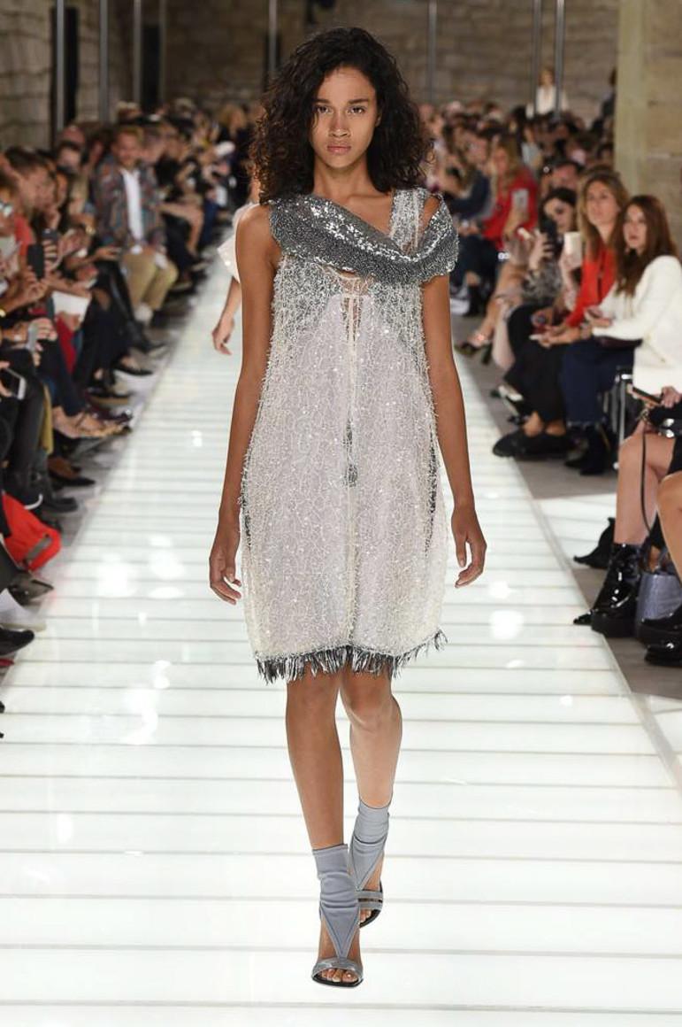 Эротические платья на показах мод видео зачарованной