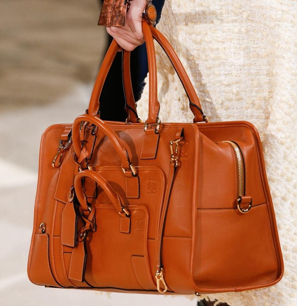 78e932068b66 Среди трендов 2018 вместительные сумки, выполненные в форме чемодана. Если  правильно подобрать форму, цвет и фактуру, вы получите очень стильный образ.
