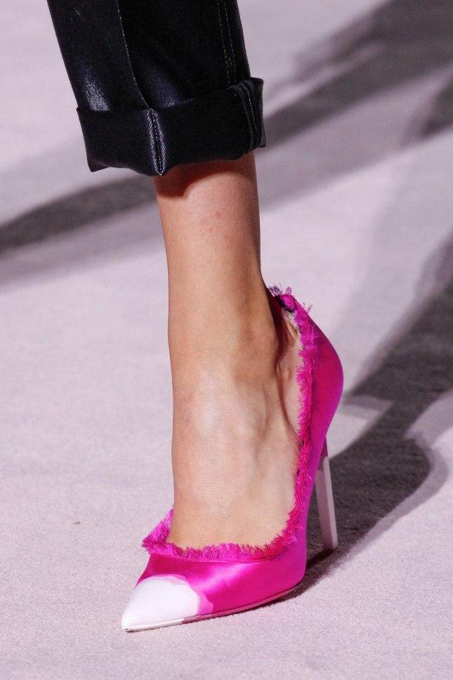 7ffea6e93cda Именно фиолетовые вариации обуви для женщин представили модные марки «TOM  FORD», «CALVIN KLEIN», «VICTORIA BECKHAM», «DELPOZO», «CAROLINA HERRERA».