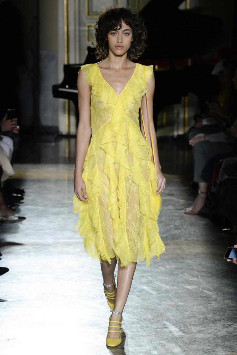 7002c99e2358 От канареечного желтого до цвета охры представлены ультрамодные модели женской  одежды. Красный же цвет присутствует не только в одежде, но и преобладает в  ...