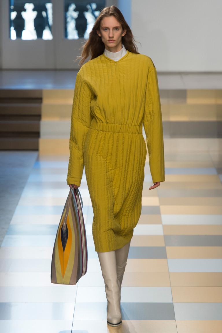 От канареечного желтого до цвета охры представлены ультрамодные модели  женской одежды. Красный же цвет присутствует не только в одежде, но и  преобладает в ... 26d02544141
