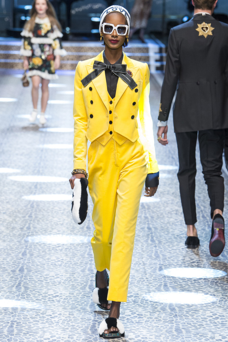 Один цвет на весь комплект – стильный тренд на показе Высокой моды в Милане 8a4f06f0e77