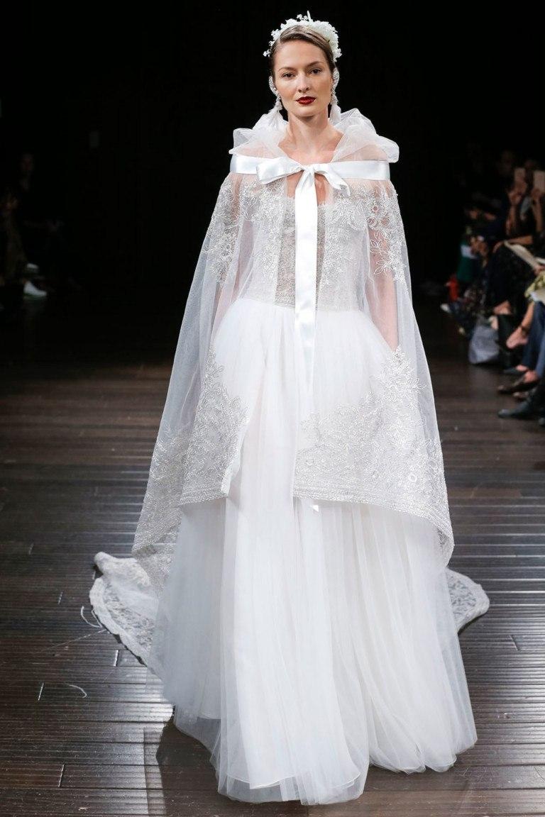 e126eb5e5c6 Королевские свадебные платья с длинным шлейфом прекрасно садятся по фигуре.  Свадебная фотосессия будет потрясающей
