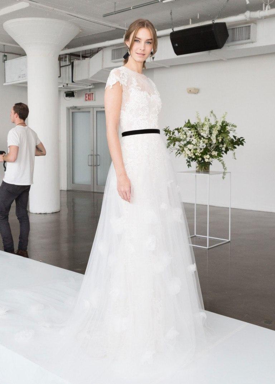 24b64a2996a Модные свадебные тенденции 2018 года  платья