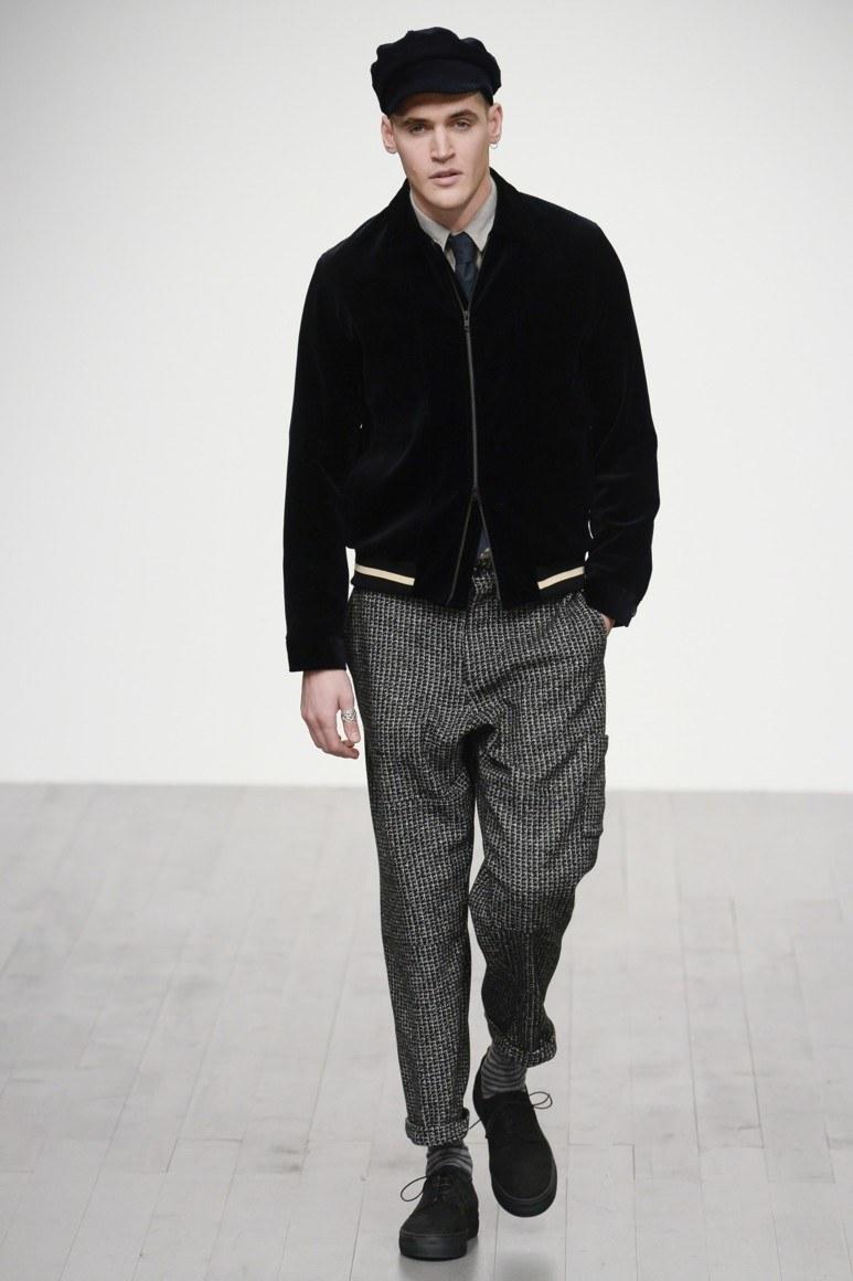 ec54e09a333 Модная и стильная особенность практически всех вариантов мужских штанов —  это свобода и укороченная длина. Низ практически всех моделей брюк  предлагается ...