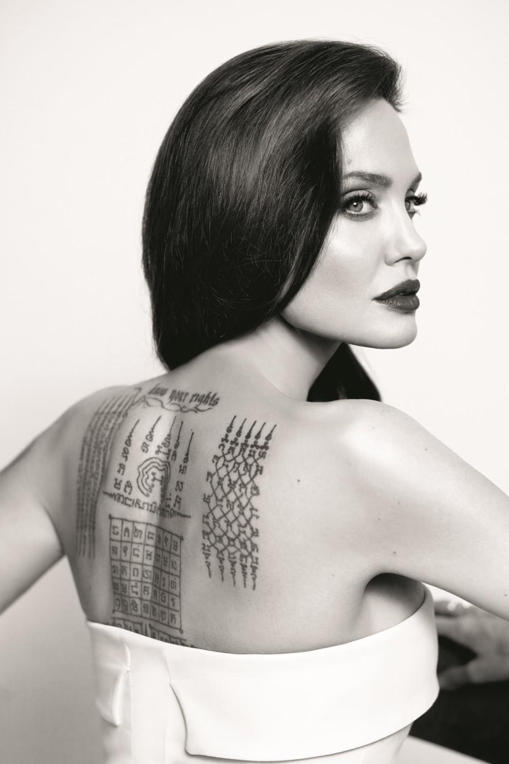 Красивые татуировки у девушки на пояснице