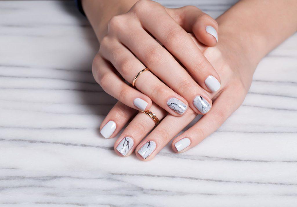 ldMoflfYudg-1024x715 Модный белый маникюр 2019-2020 года, фото, идеи белого маникюра, модные тенденции