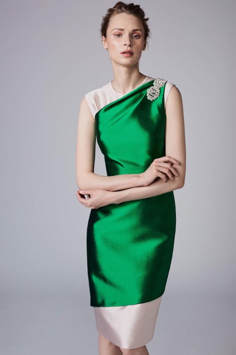 0de0a1f21f615f1 Атласные платья в пастельных оттенках выглядят не менее актуально и  интересно, чем их яркие варианты.