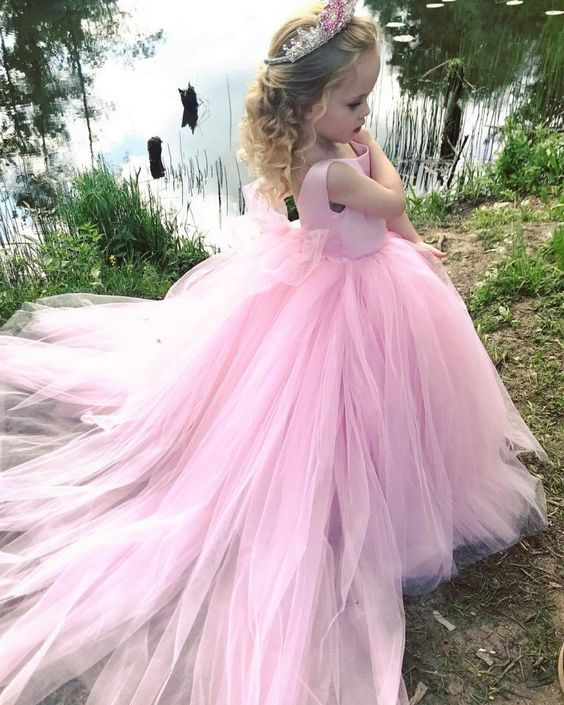 4c05af8340d Цветовая гамма праздничных платьев для маленьких модниц достаточно  разнообразна. Мамы очень часто выбирают пастельные оттенки пышных платьев
