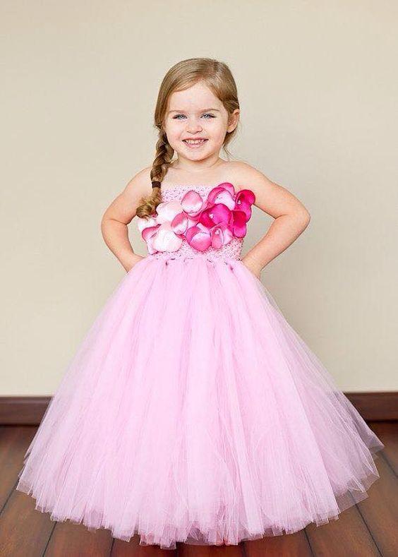 c36816341cd8ce4 Дополнить такое платье можно красивой прической с переливающейся диадемой  или ободком. Девочки трехлетнего возраста больше всего ценят пышные юбки,  ...