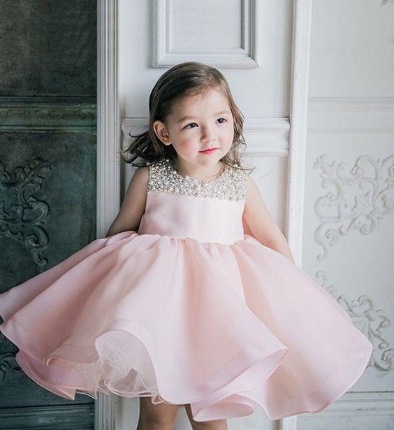 d05de79d26f Цветовая гамма праздничных платьев для маленьких модниц достаточно  разнообразна. Мамы очень часто выбирают пастельные оттенки пышных платьев