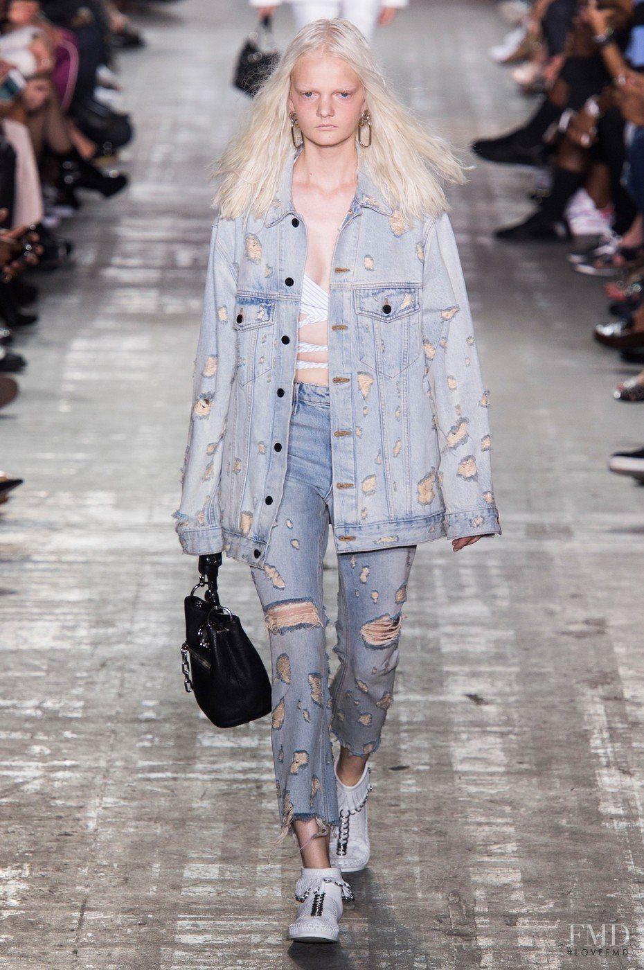 Такие варианты не считаются практичными, однако часто встречаются в  коллекциях модных дизайнеров на модных показах 2018-2019 года. С такими  джинсами вы ... bce28f75589