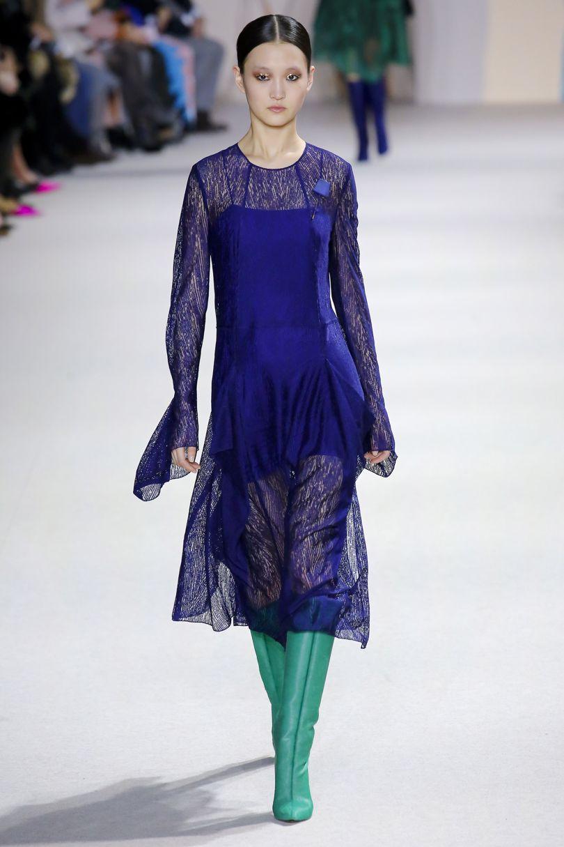 Повседневный стиль для лета характерен наличием многочисленных вариантов синих  платьев с короткими рукавами из легкой ткани. А для более холодной поры ... c0602a8c432