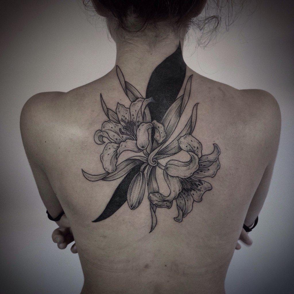 tatuirovka_na_spine_u_devushki_lilii.jpg