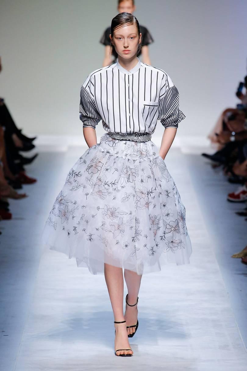 А для смелых модниц дизайнеры предлагают блузки и рубашки из прозрачной  ткани. 7d528c191d7
