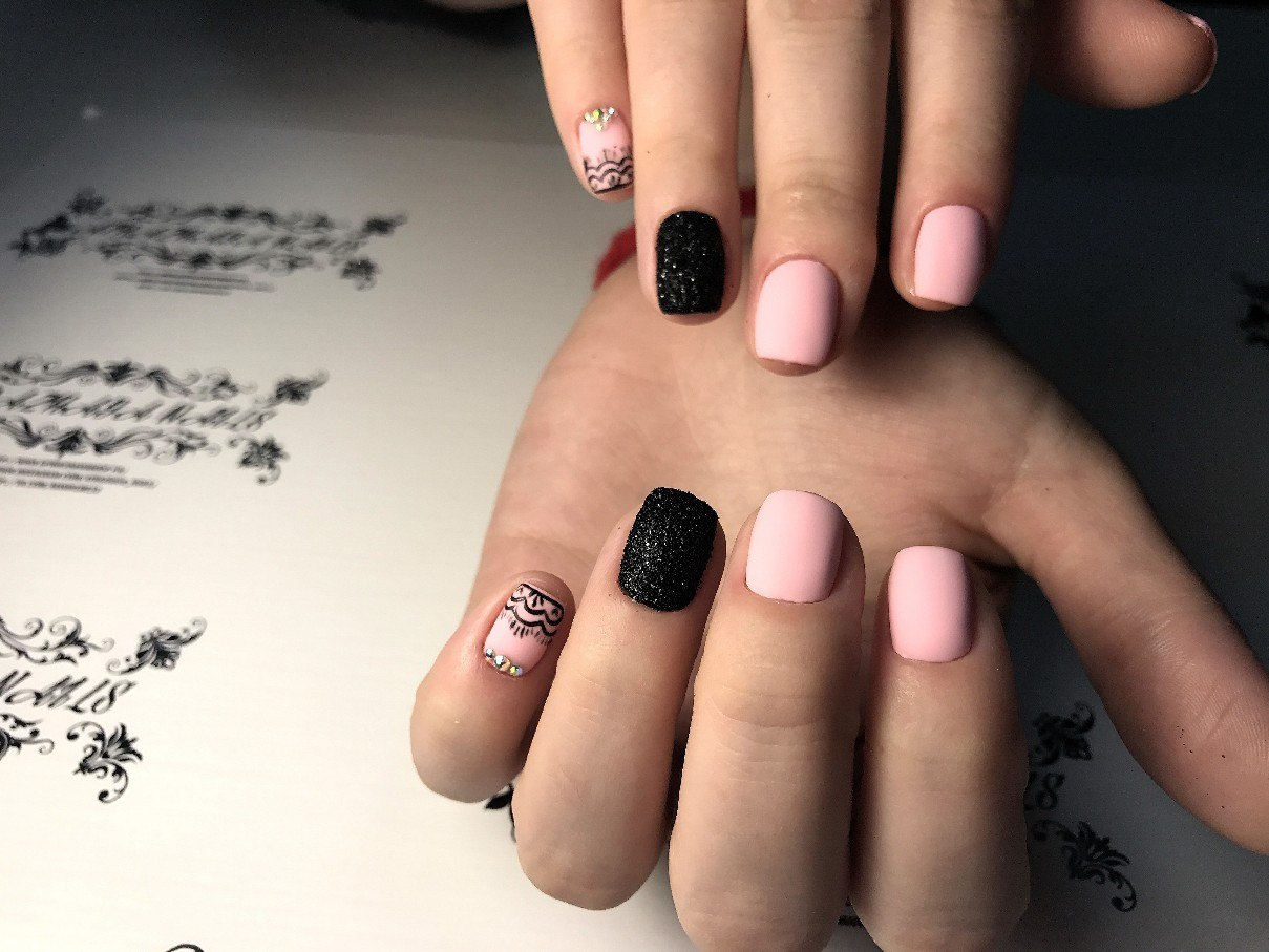 Красивый маникюр розовый со стразами