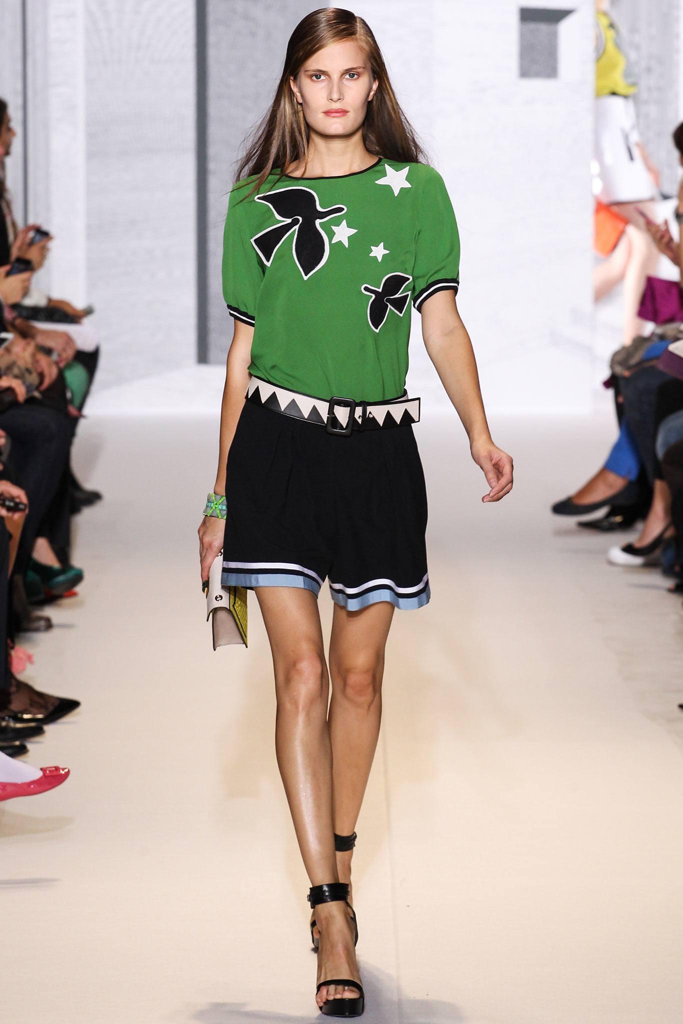 539c0f97bf982 Практичное и стильное изделие можно подобрать для каждой девушки, главное  учитывать все модные тенденции. Давайте же узнаем, какие футболки считаются  самыми ...