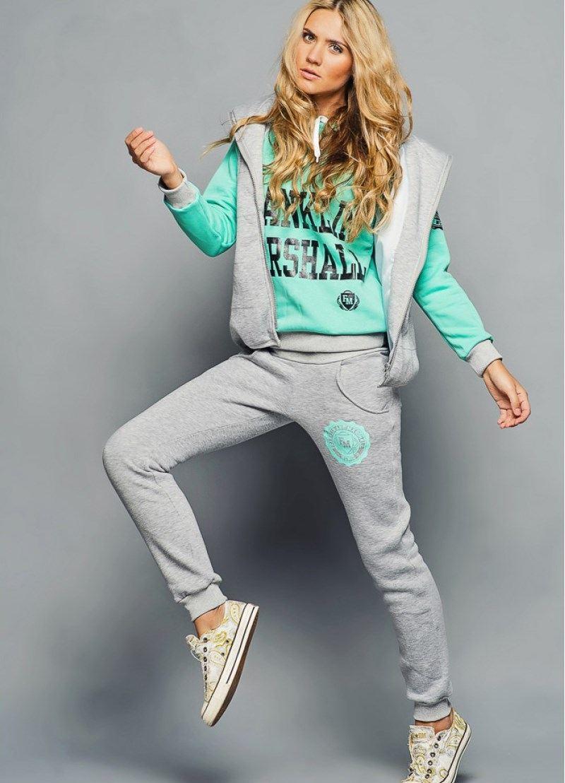 2c053d1e109 Цветовая гамма спортивных костюмов идёт наравне с модой неспортивной  одежды. Многие дизайнеры предпочитают базовые тона – серые