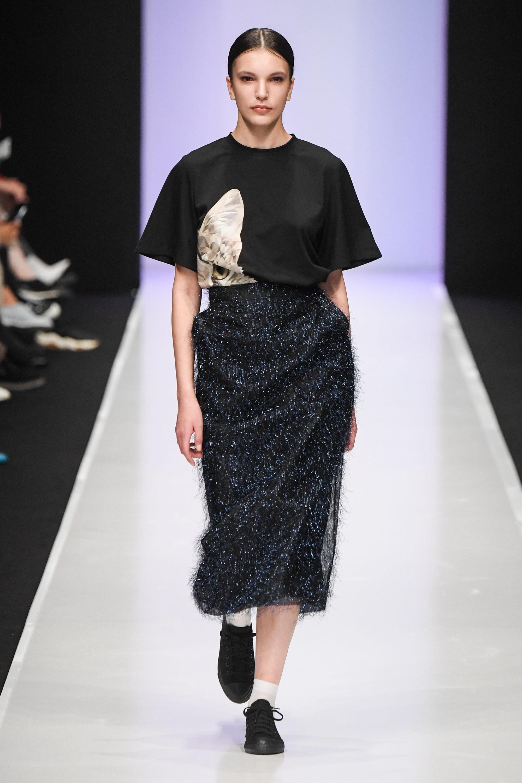 3ab6b778fe051 Модные женские футболки 2019: 100 фото новинок и трендов
