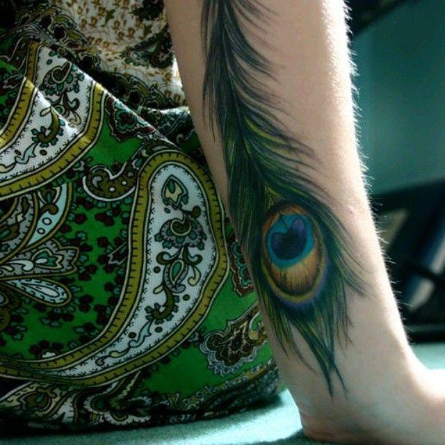 мехенди перо павлина на руке фото помощник фотографа