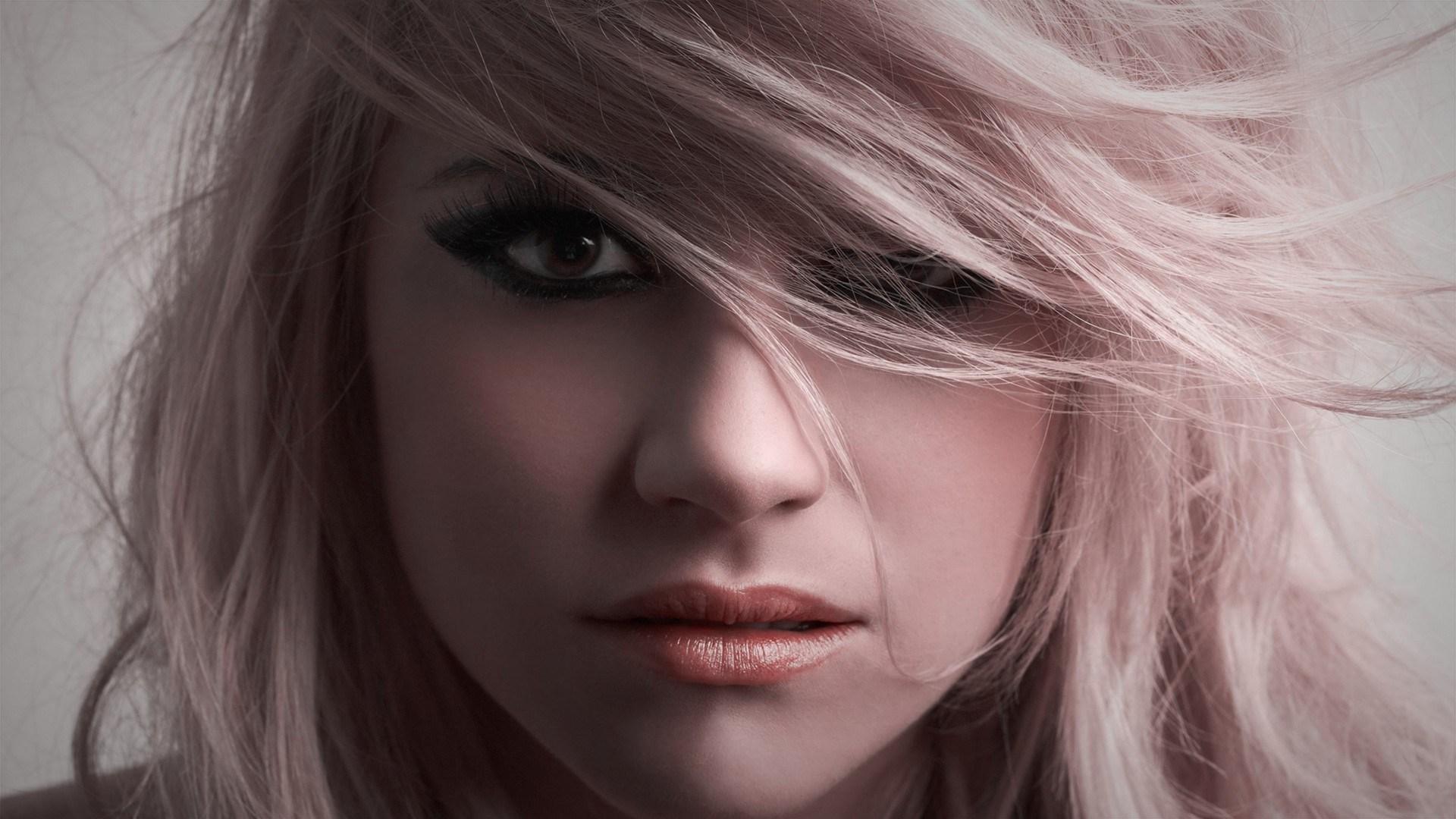 Платиновый блонд (90 фото): кому подойдет такой цвет волос? Как выглядит оттенок платина на блондинках после окрашивания?