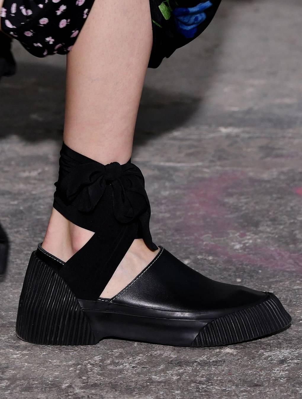 84d65c75c Отличительный атрибут такой летней обуви – это атласные ленты, которые на  ножке завязываются красивым бантом.