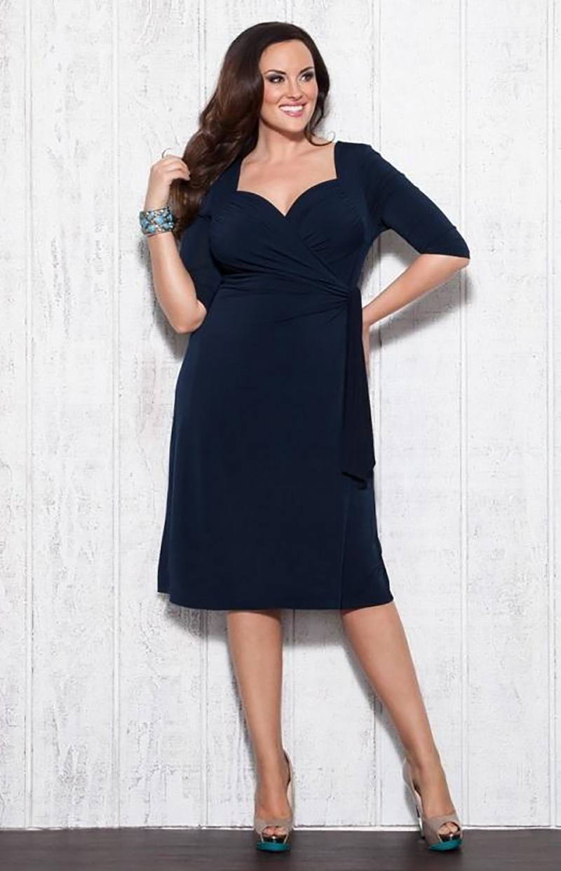 2acbf4532643081 Считается, что наиболее подходящий фасон для полных женщин – трапеция.  Такие платья достаточно свободные в верхней части и расширяются к низу.