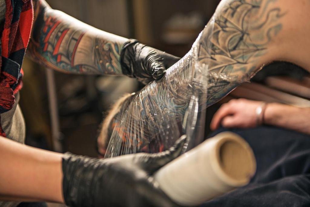 Уход за татуировкой после нанесения: как нужно ухаживать за тату для правильного заживления.