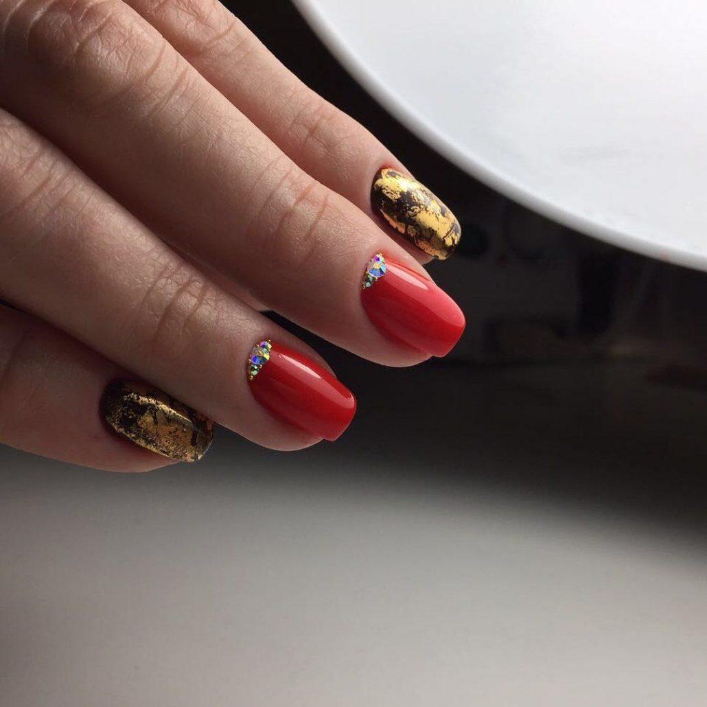 Маникюр красный с золотом: идеи яркого дизайна на фото